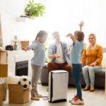 Oczyszczacz powietrza w salonie z rodziną