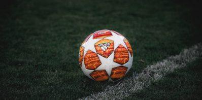 Piłka na murawie