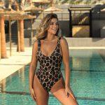 Kobieta w stroju kąpielowym przy basenie