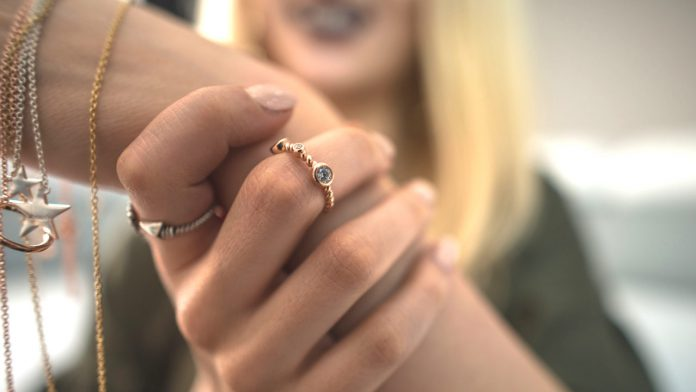 Pierścionek pozłacany na palcu