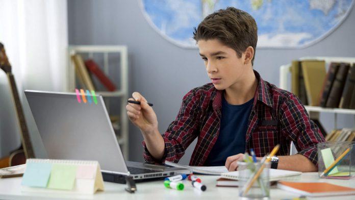 Odrabianie lekcji przy laptopie